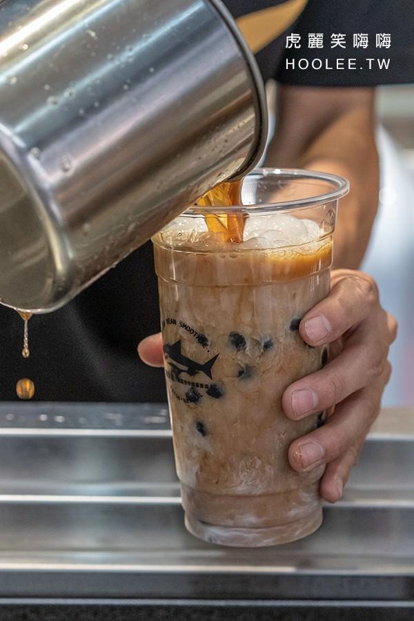 綠島鯊綠豆沙牛奶專賣店 高雄飲料推薦 紅茶拿鐵 L杯 35元 + 珍珠 5元